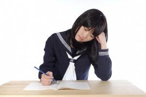 勉強中の女子高生